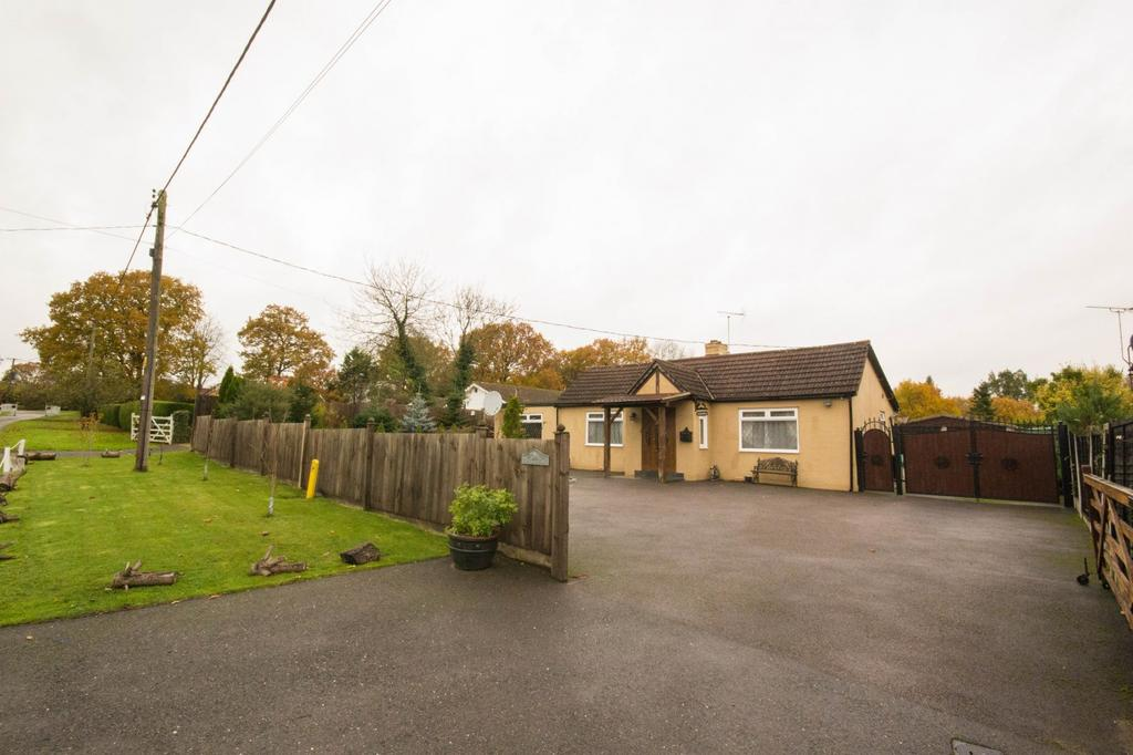 2 Bedrooms Detached Bungalow for sale in Foxes Grove, Hutton, Brentwood, Essex, CM13