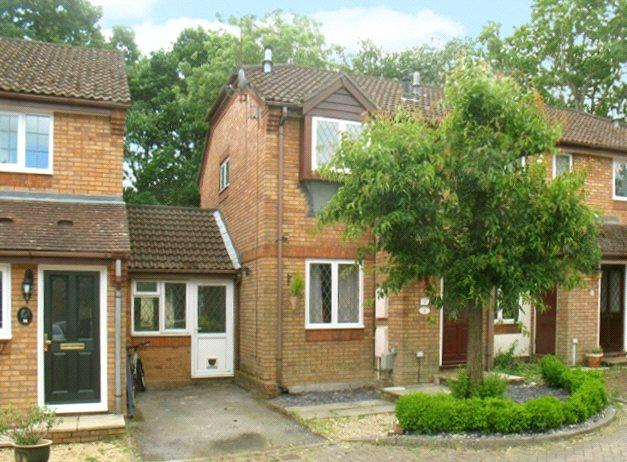 2 Bedrooms Link Detached House for sale in Weywood Close, Farnham, Surrey, GU9