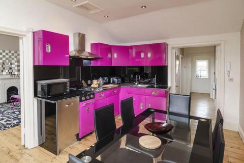 3 bedroom apartment to rent - Lambridge