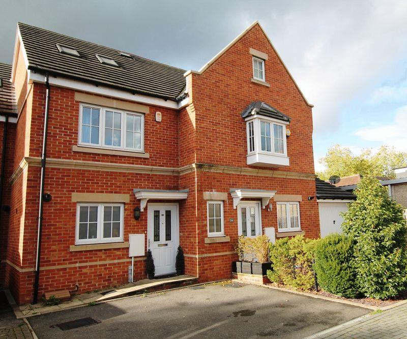 3 Bedrooms Terraced House for sale in Derisley Close, West Byfleet