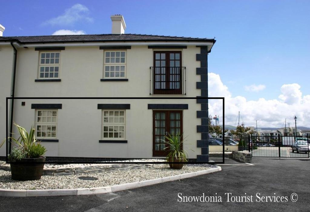 2 Bedrooms Ground Flat for sale in 11 The Oakleys, Porthmadog LL49