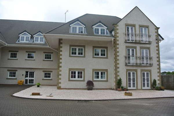 2 Bedrooms Flat for sale in Flat 3/4, Falconer Court, 47 Commercial Road, Strathaven, ML10 6LX