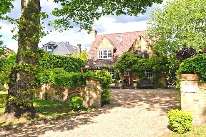 4 Bedrooms Detached House for sale in Oxshott Way, Cobham, Surrey, KT11