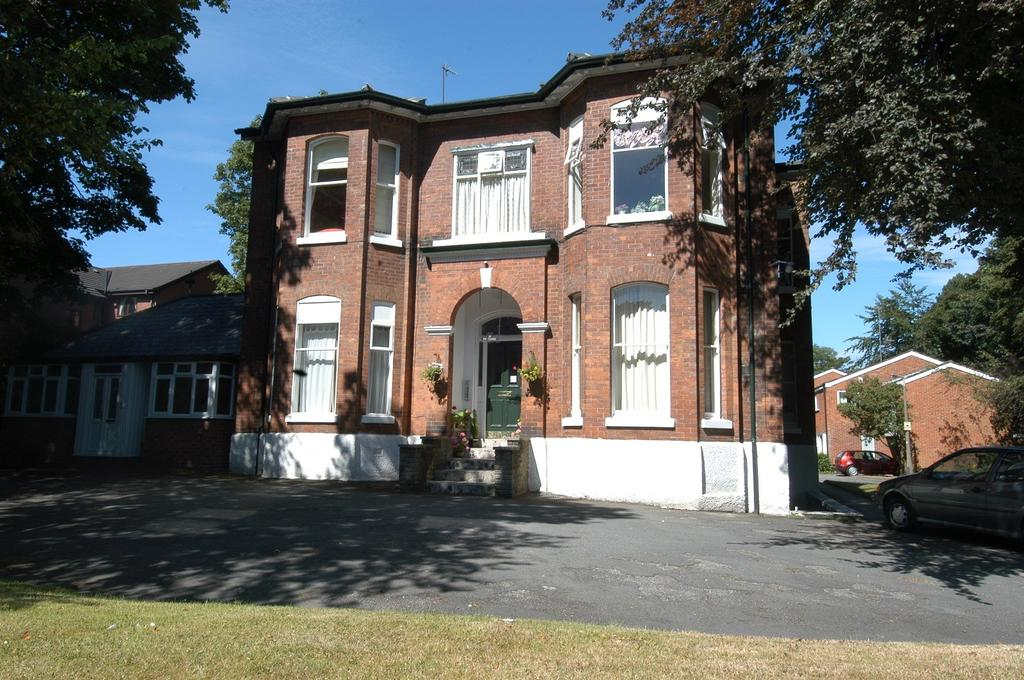 2 Bedrooms Apartment Flat for rent in The Cedars, Mauldeth Road, Stockport