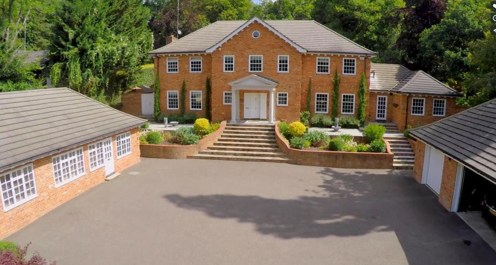 5 Bedrooms Detached House for sale in Long Bottom Lane, Seer Green, Beaconsfield, HP9