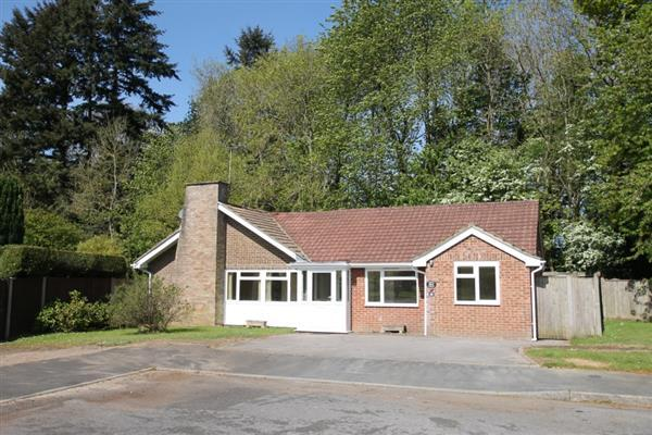 3 Bedrooms Bungalow for sale in The Spinney, Waggoners Way, Grayshott