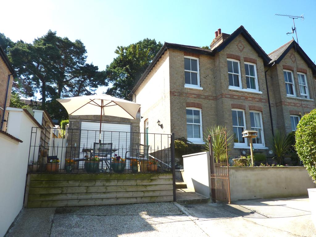 2 Bedrooms Semi Detached House for sale in Gordon Road, Poole Bh12