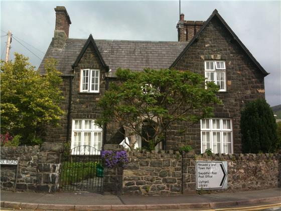 5 Bedrooms Detached House for sale in Village Rd, Llanfairfechan, LL33 0AA