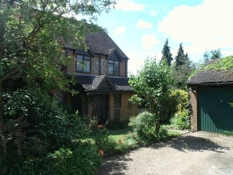 4 Bedrooms Detached House for sale in Burrows Close, Penn