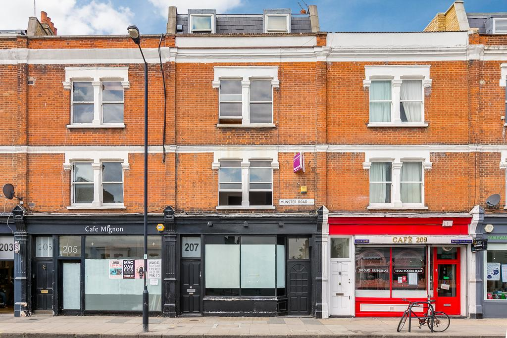 2 Bedrooms Flat for sale in Munster Road, London