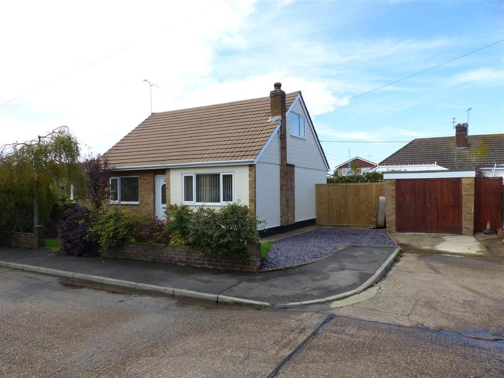 3 Bedrooms Chalet House for sale in Juliers Close, Canvey Island