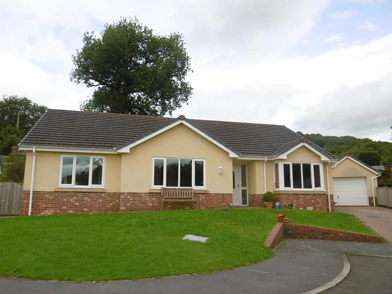 3 Bedrooms Detached Bungalow for sale in Maes Yr Haf Llanwrda, Carmarthenshire.