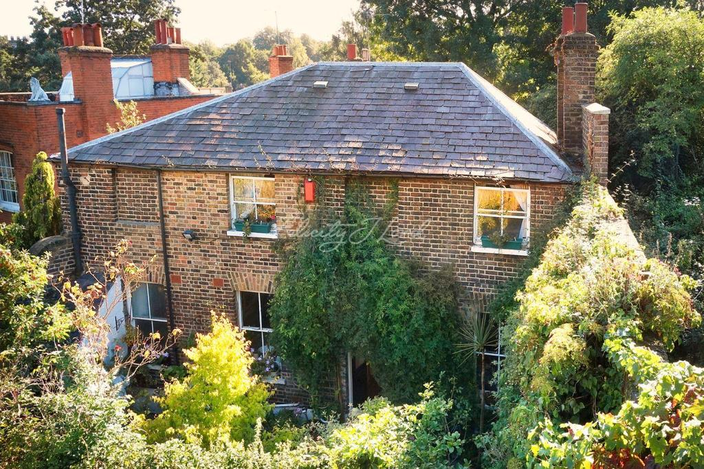 3 Bedrooms Detached House for sale in West Grove Lane, Greenwich, London, SE10.