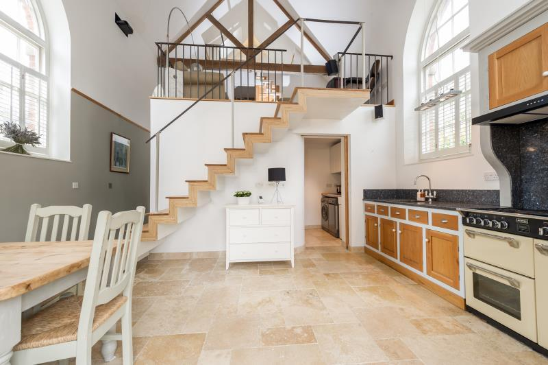 2 Bedrooms Detached House for sale in The Chapel, The Green, Standlake, Witney, Oxfordshire