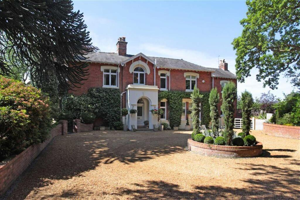 5 Bedrooms Detached House for sale in Knutsford Road, Chelford, Chelford