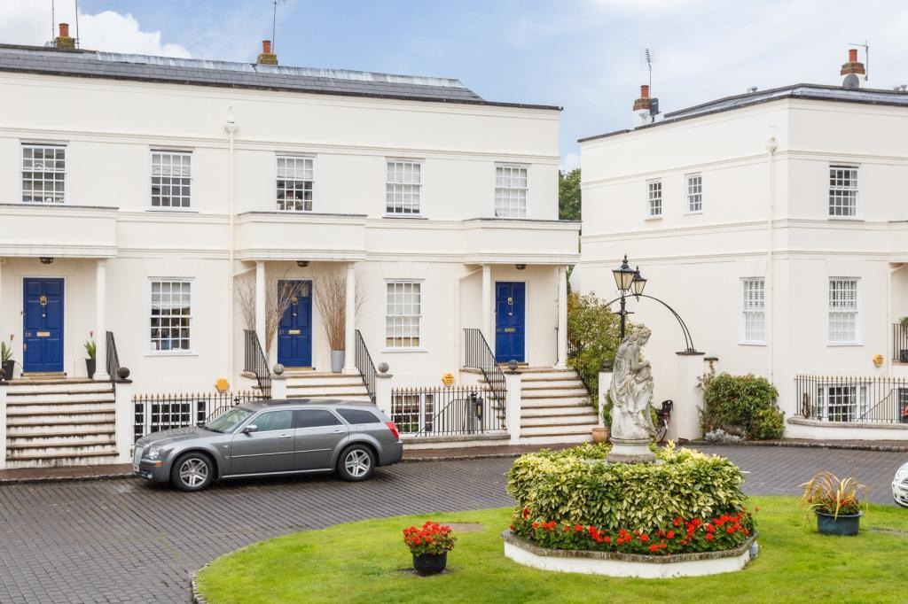4 Bedrooms Semi Detached House for sale in Beaufort Close, London, SW15