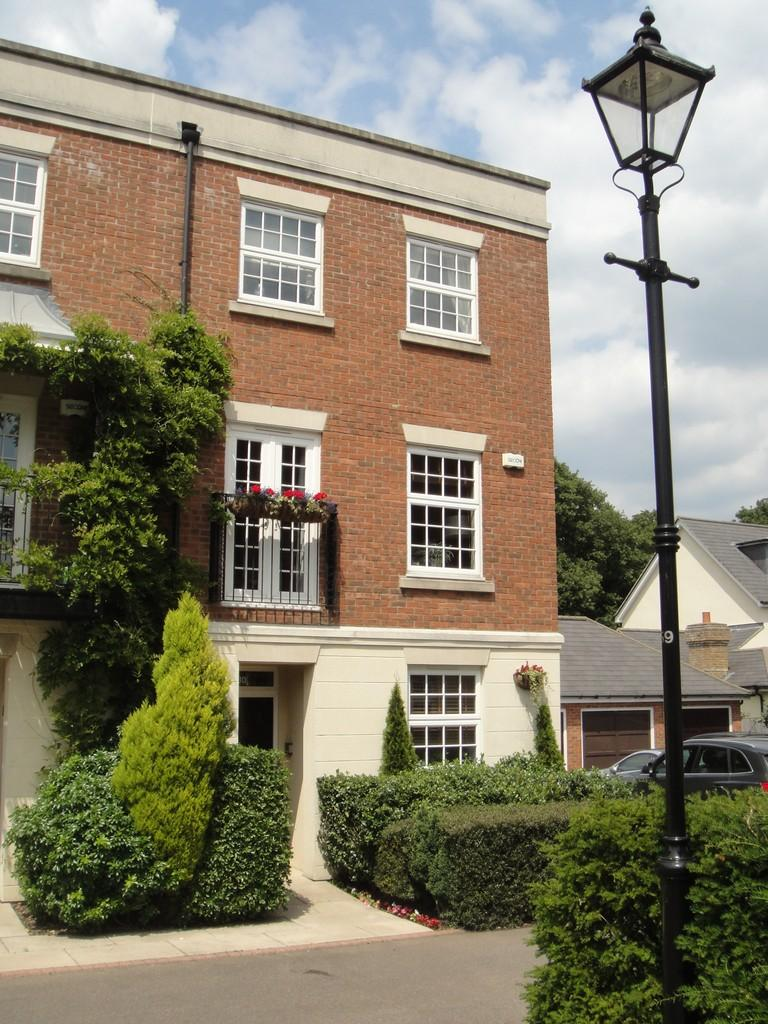 4 Bedrooms Town House for rent in Warlingham