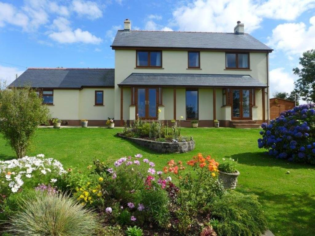 5 Bedrooms Detached House for sale in Tresior Farm House