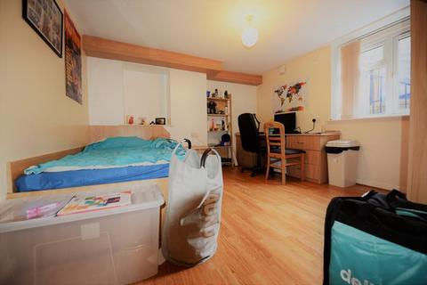4 bedroom flat to rent - Wood Lane