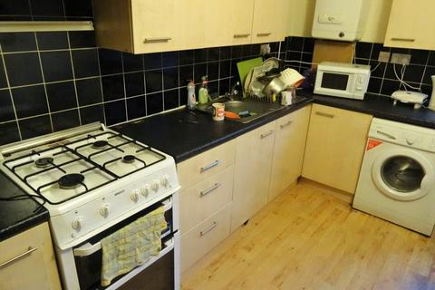 2 bedroom flat to rent - Back Brudenell Grove