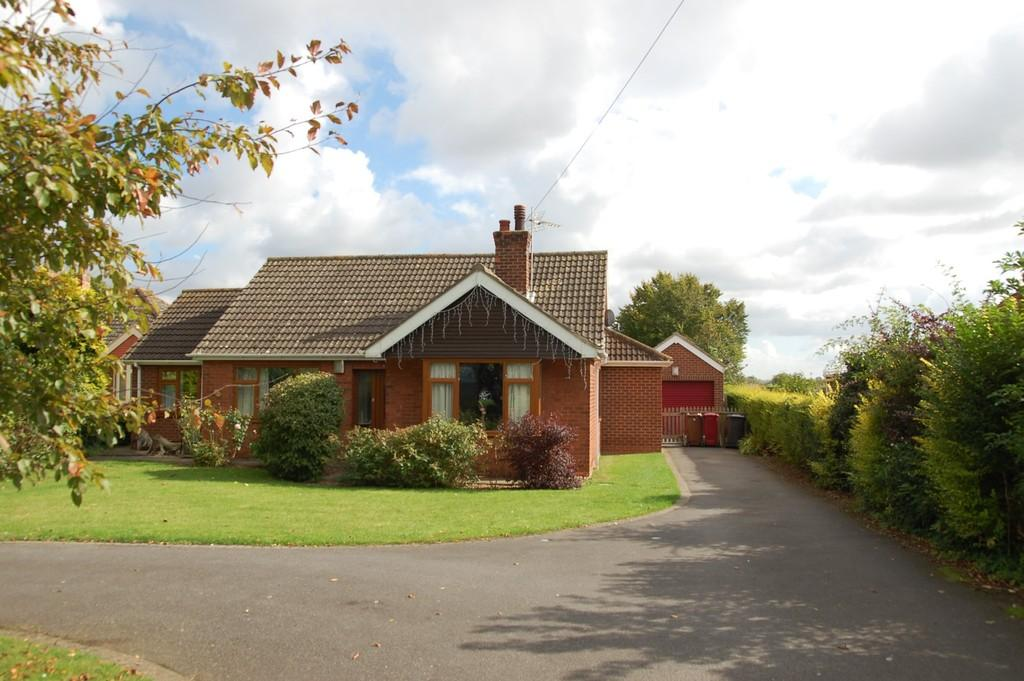 3 Bedrooms Detached Bungalow for sale in Brigg Road, Hibaldstow