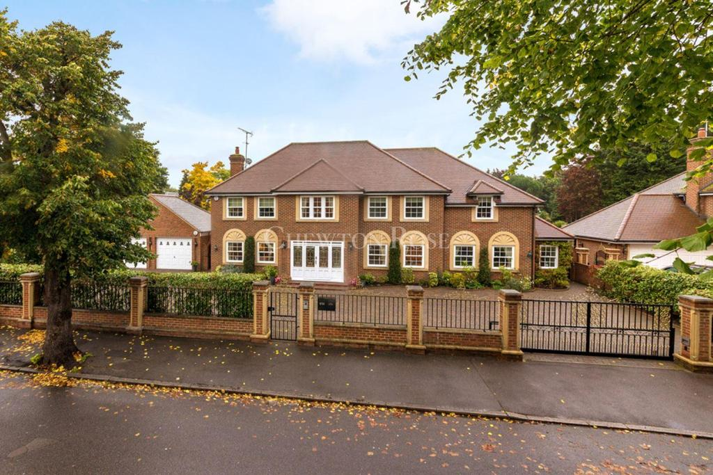 5 Bedrooms Detached House for sale in Emerson Park