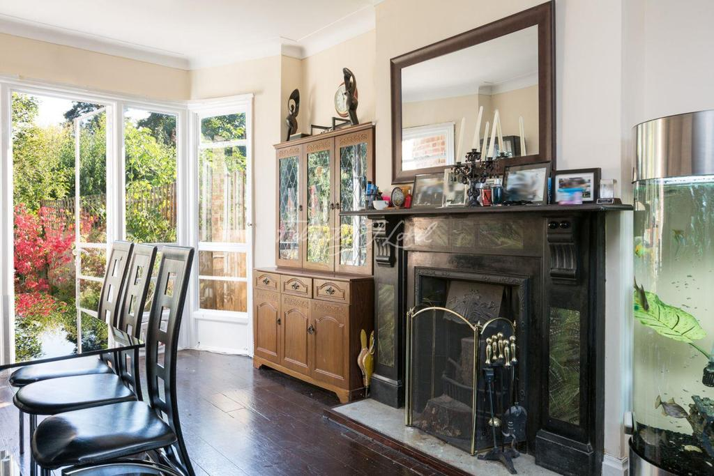 3 Bedrooms Semi Detached House for sale in Bushmoor Crescent, London, SE18.