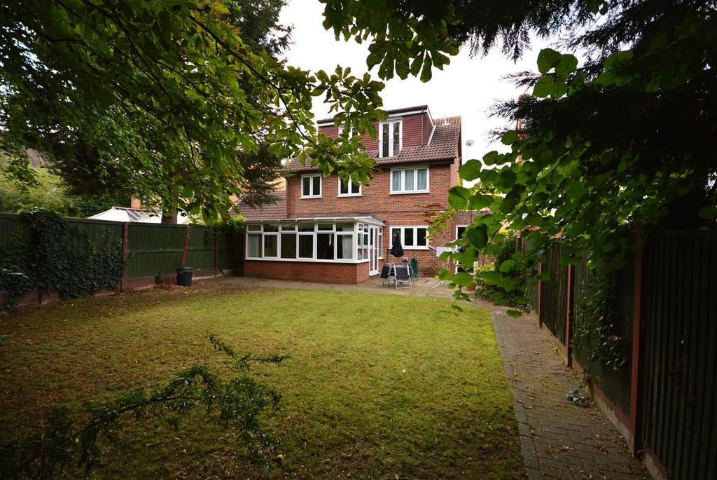 5 Bedrooms Detached House for sale in Sydenham Close, Romford, RM1
