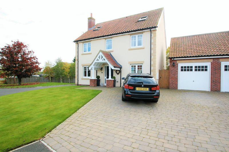 5 Bedrooms Detached House for sale in Willow Bridge Close, VILLAGE LOCATION