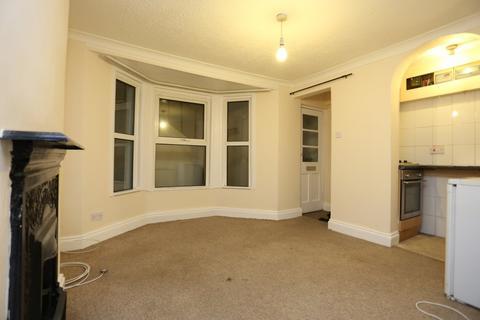Studio to rent - Queens Park Road, Brighton