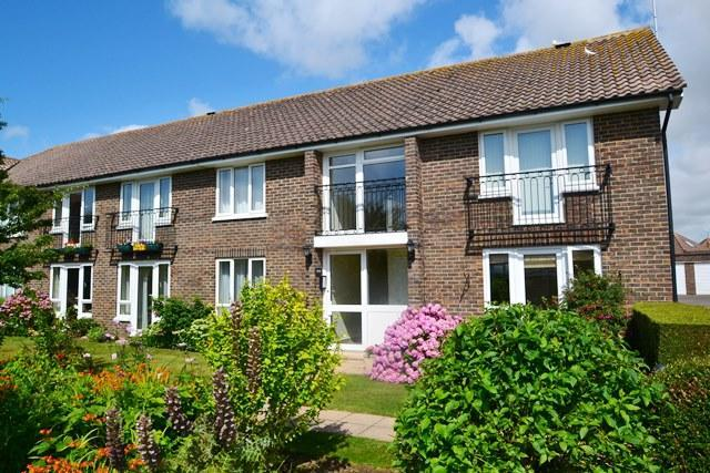 2 Bedrooms Flat for sale in Ferringham Lane, Ferring, West Sussex, BN12 5NF