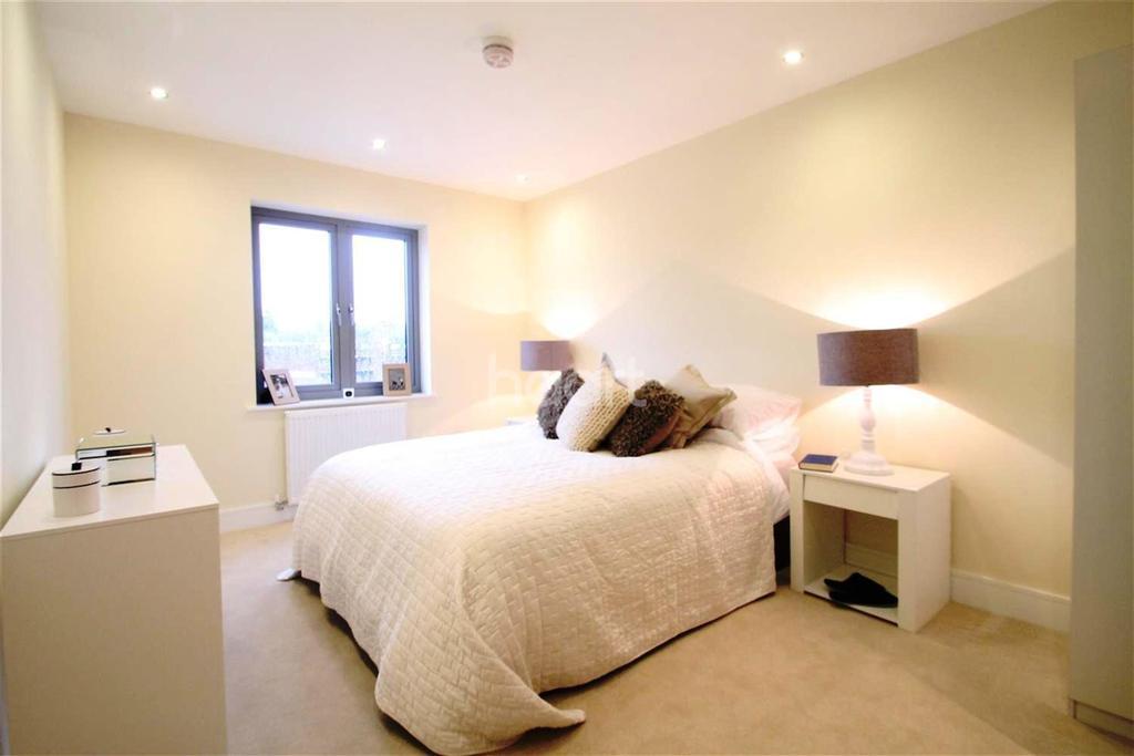 2 Bedrooms Flat for rent in Queensmead