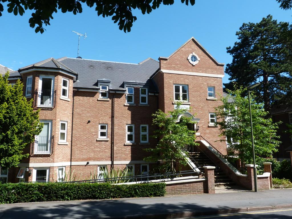 2 Bedrooms Apartment Flat for sale in Caterham, Surrey