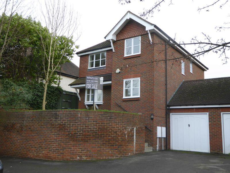 4 Bedrooms Detached House for sale in COULSDON, SURREY