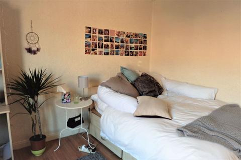 4 bedroom house to rent - Burley Lodge Road