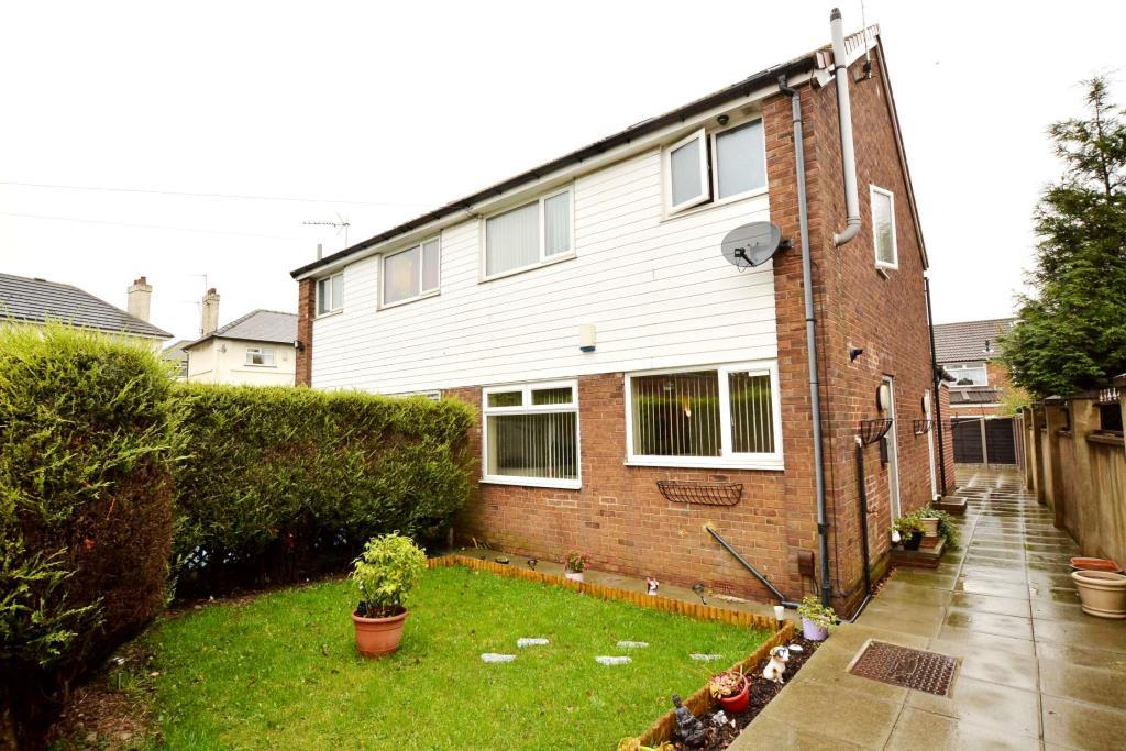 2 Bedrooms Semi Detached House for sale in Whitehall Road, Leeds