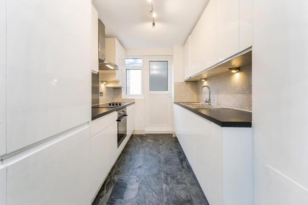 3 Bedrooms Flat for sale in Clifton Place, Hyde Park Estate