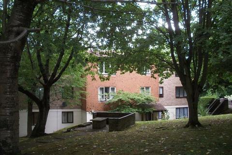 Studio to rent - Fairbairn Close, Purley