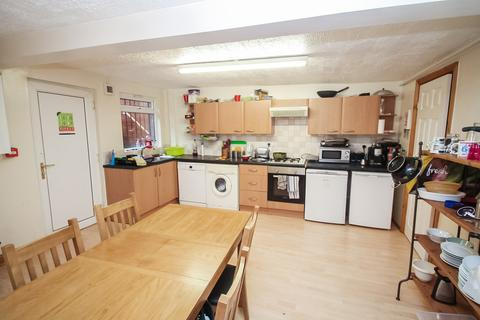 6 bedroom terraced house to rent - ALL BILLS INCLUDED, Burchett Grove, Woodhouse