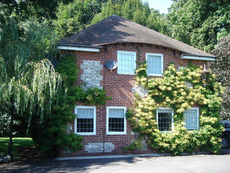 2 Bedrooms Detached House for rent in Dummer, Basingstoke, Nr Winchester, Hampshire