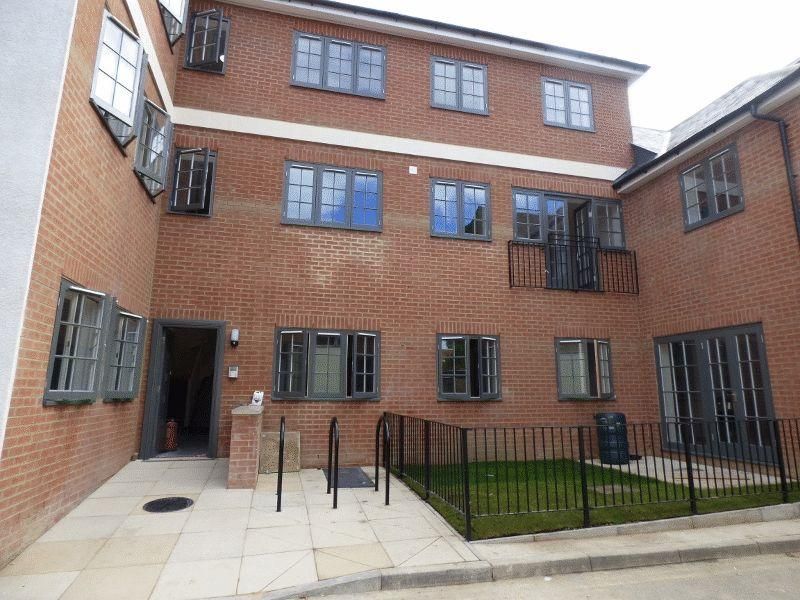 2 Bedrooms Ground Flat for sale in LEATHERHEAD