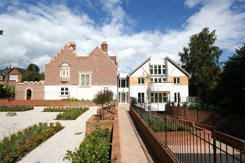 2 Bedrooms Penthouse Flat for sale in Scholars Place, South Park Drive, Gerrards Cross, Buckinghamshire
