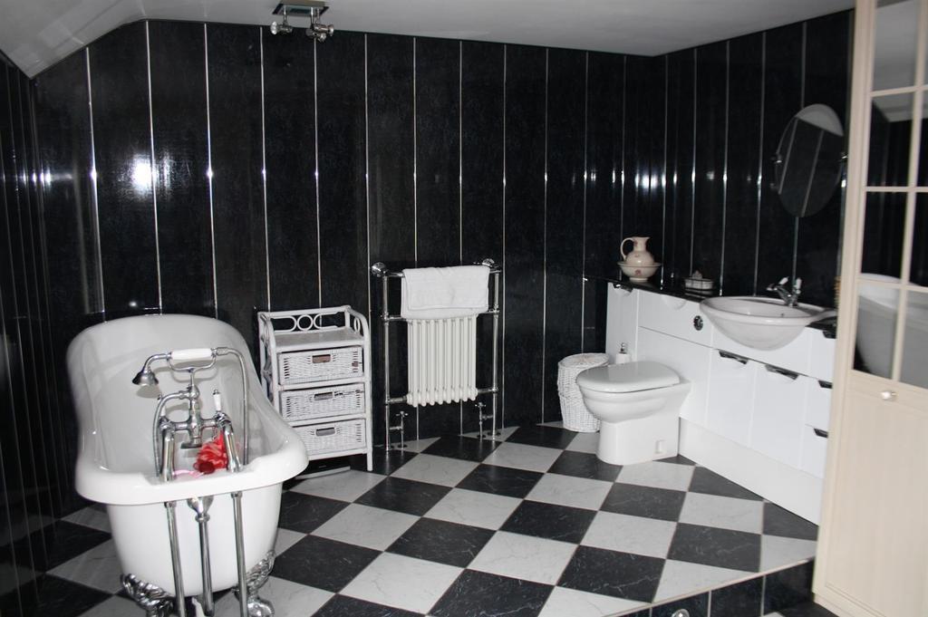 Large en suite bathroom