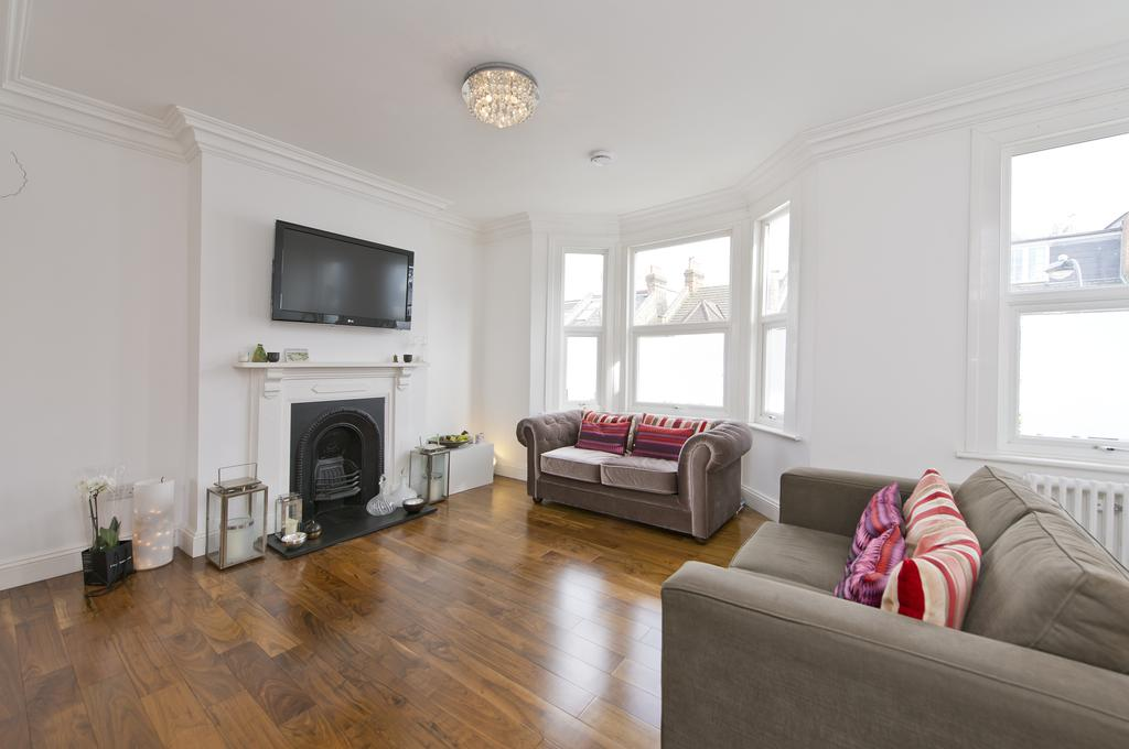 3 Bedrooms Flat for sale in Langthorne Street, London