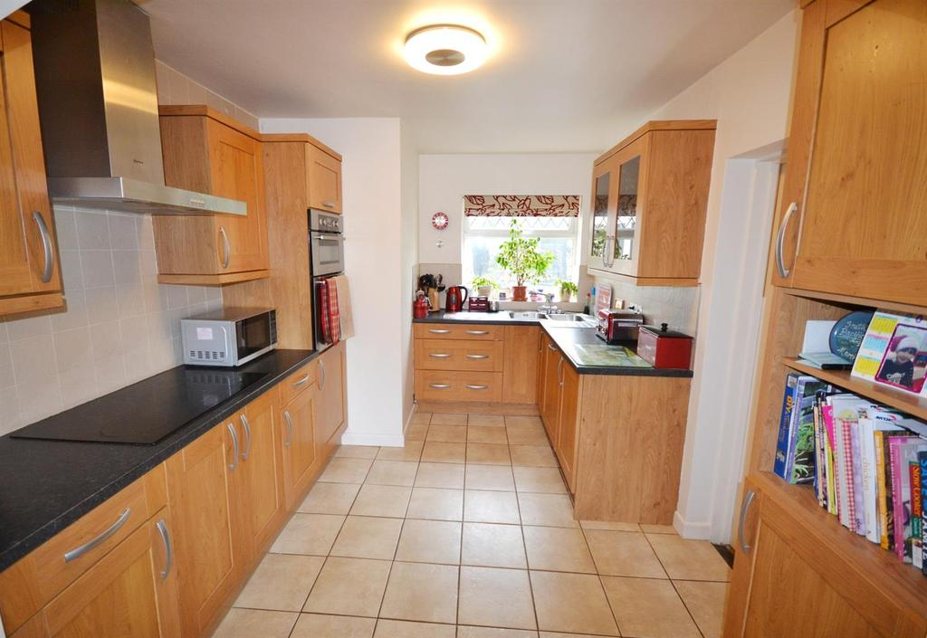 4 Bedrooms End Of Terrace House for sale in Flemish Close, St. Florence, Tenby