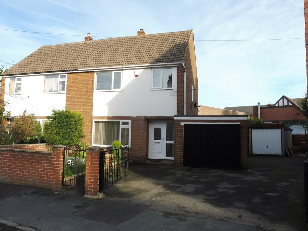 3 Bedrooms Semi Detached House for rent in 26 Lyndon Avenue, Garforth LS25 1DZ