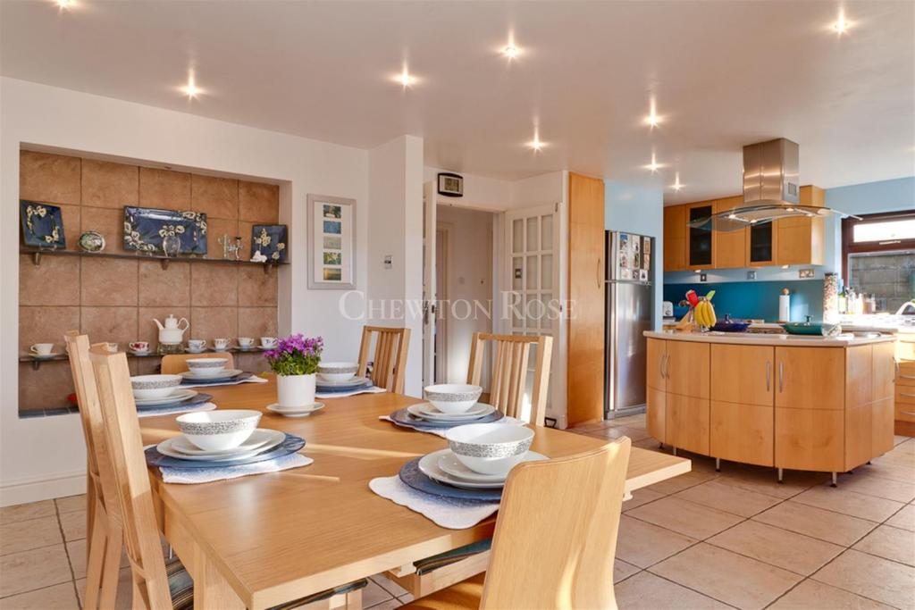4 Bedrooms Detached House for sale in Porthcawl, Mid Glamorgan
