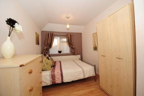 Apartment to rent - Trevor Crescent, Ruislip