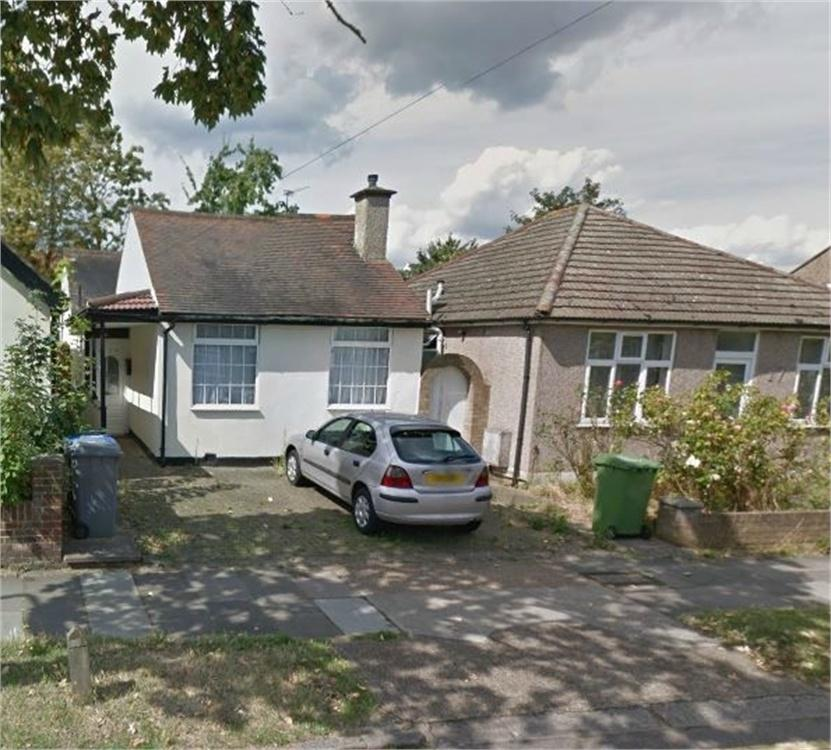 2 Bedrooms Detached Bungalow for sale in Rugby Avenue, Wembley, Greater London