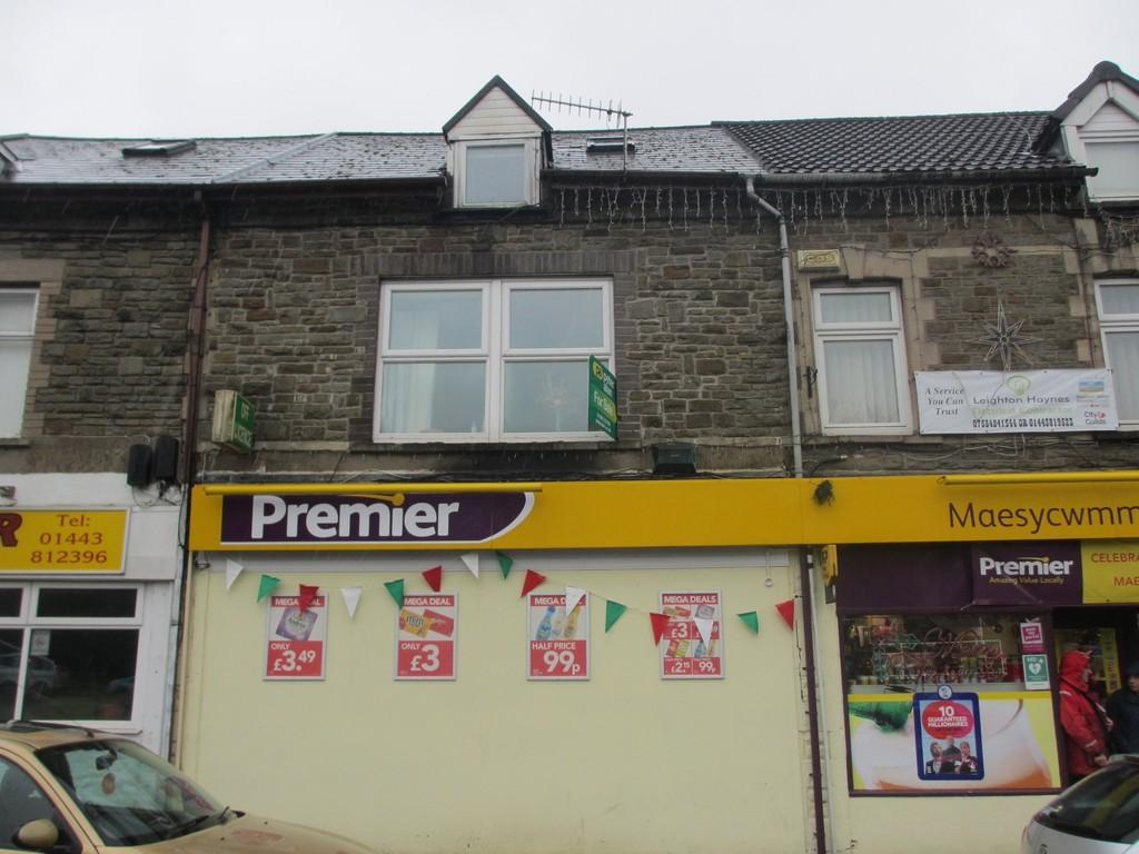 3 Bedrooms Flat for sale in 3 Tabor Road Flats, Tabor Road, Maesycwmmer